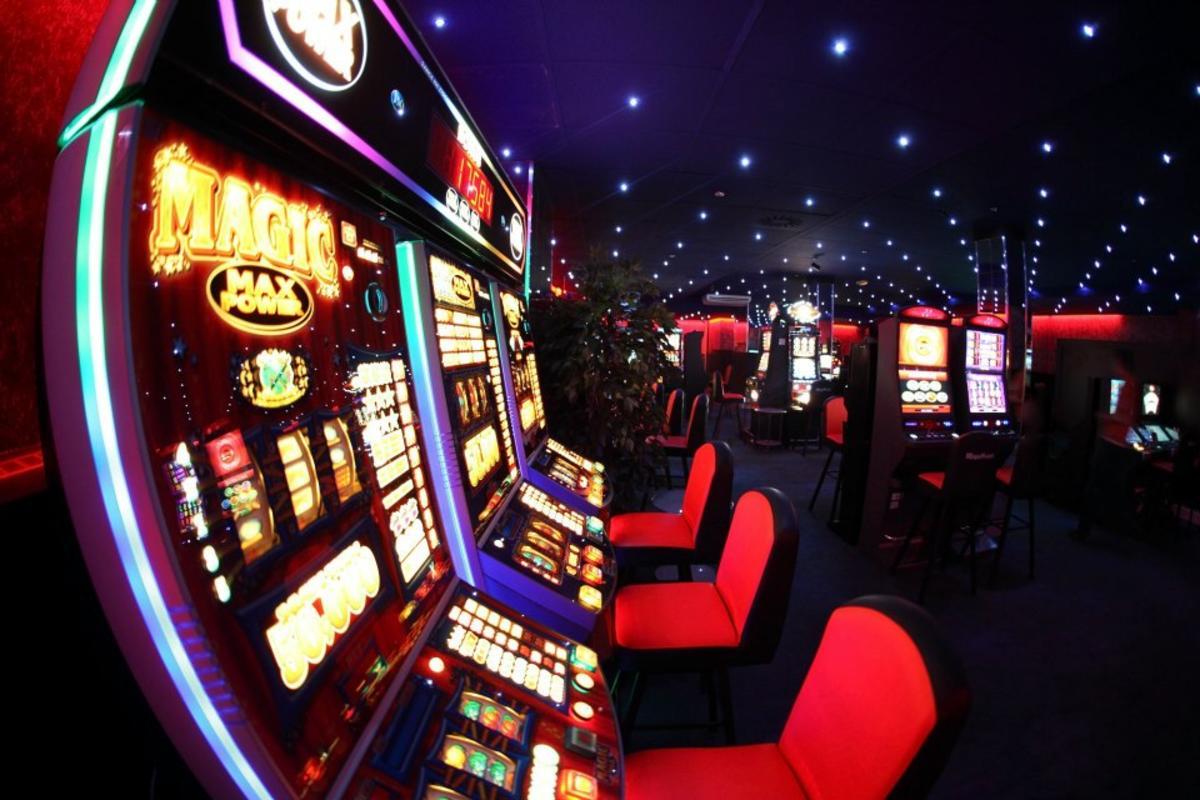 Игровые автоматы джины играть бесплатно и без регистрации раздетые девушки играют в карты